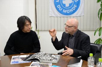 世界の医療団のパトリック・ダヴィッドと指揮者・柳澤寿男氏が対談
