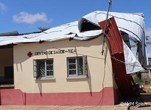 屋根がとばされ、破壊された保健センター